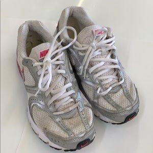 Nike women size 7.5 386511-101 silver white shoes